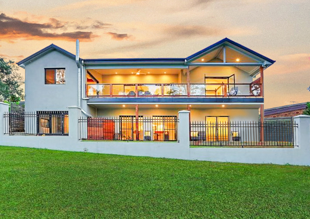 STUNNING LEONAY HOME WITH SUPERB GOLF COURSE OUTLOOK!